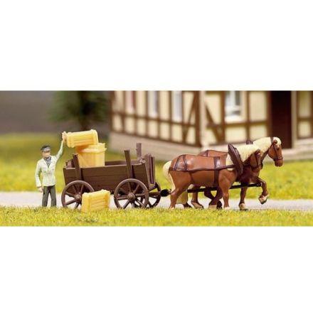 Miniscen häst med hög vagn