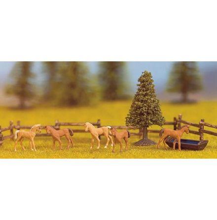 Miniscen hage med hästar