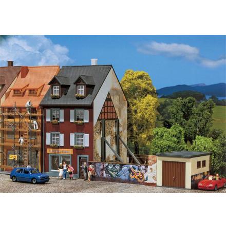130416 Flervåningshus med grafitti