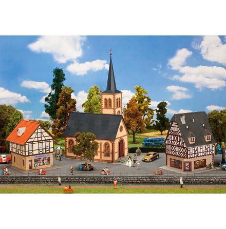 190418 Set med hyreshus, butik och kyrka